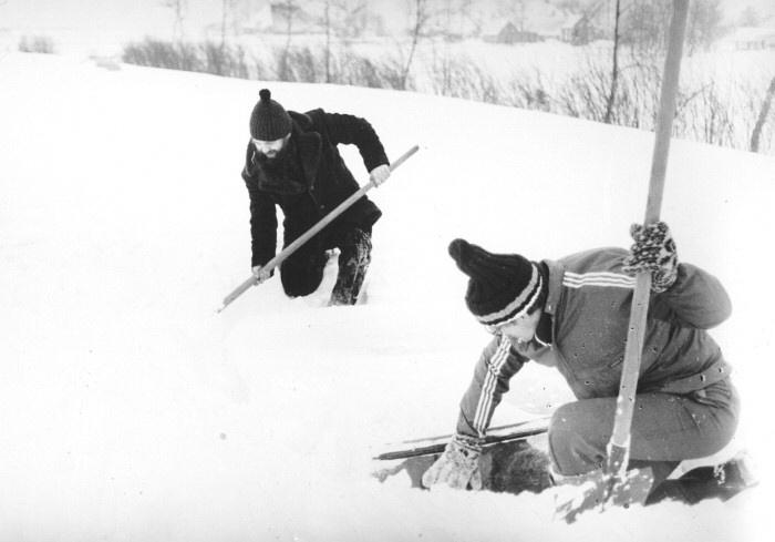 Gevolgen van de strenge winter bij Haskerdijken. Het uitgraven van auto's en het sneeuwvrij maken van wegen. Deze auto is al gevonden, nu die andere nog.