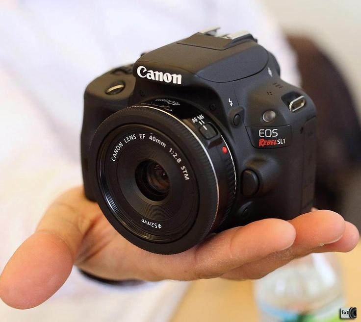Medindo aproximadamente 11x9 cm, a Canon SL1 vem equipada com sensor de 18 megapixels, ISO de 100 a 12800, exposição de 1/4000 e 30 segundos, vídeo em full HD e tela de 3 polegadas sensível ao toque.  A SL1 chega ao mercado mês que vem com o preço girando em torno de R$ 1600,00.    Fonte: PetaPixel
