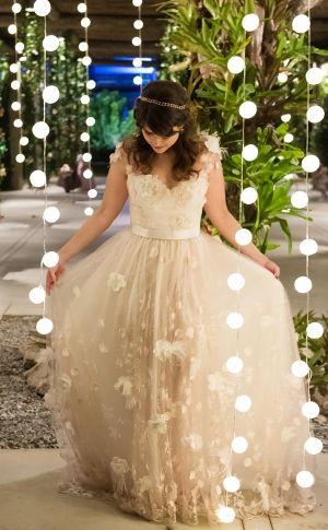Para combinar com o clima cool do casamento da advogada Iris Lima com o professor Naun Faula, a estilista eleita para desenhar o vestido da noiva foi a carioca Carol Hungria. Ficou um charme! Veja mais: http://yeswedding.com.br/pt/antena-yes/post/sol--alegria-e-muito-rock