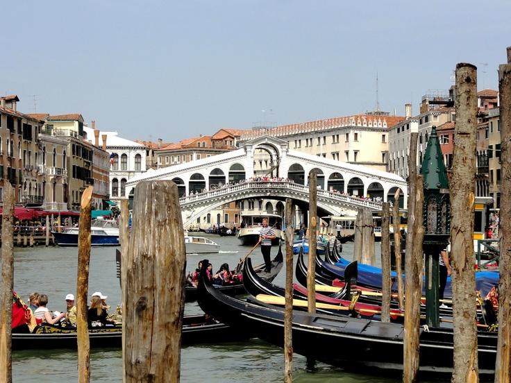 Мост Риальто является самым первым и самым древним мостом через канал. Первоначально был деревянным. В 1444 году мост рухнул, отстроенный заново опять из дерева он приобрёл встроенный механизм, позволявший разводить мост для прохода судов.