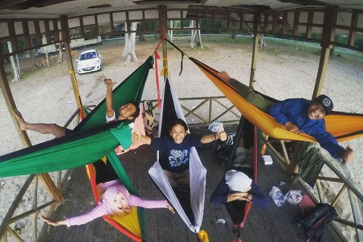 No tags. Sudah banyak ditandain soalnya. Hahaha.. Hammocking with crazy friends. Formasi power rangers. Yang tengah menang banyak. Liburan hemokan di pondok jomblo (ehh). Lokasi : Pantai Tanah Merah Samboja Kutai Kartanegara  #hammocking #hammocklife #hammocktime #hammockid #samboja #funcamp #colorfull by @just_ipul