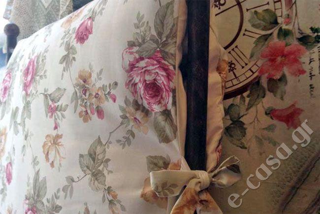 Η Έλλη ήθελε οι μαξιλάρες για το σιδερένιο κρεβάτι της να μην είναι τετραγωνισμένες και να είναι πιο χουχουλιάρικες. Έτσι αποφασίσαμε να τις γεμίσουμε με πολυεστερική βάτα.