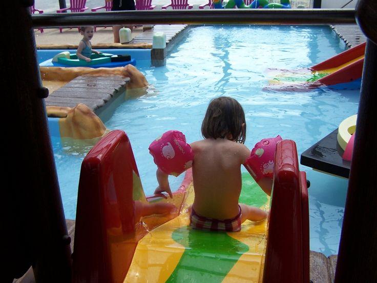 Les 25 meilleures id es de la cat gorie pataugeoire sur for Toboggan piscine privee