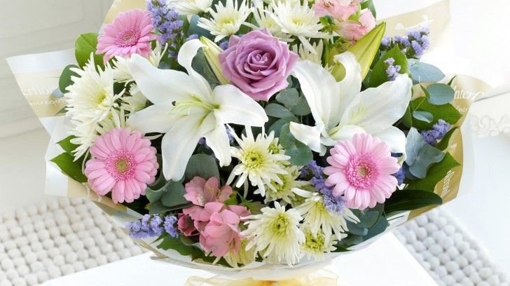 Букет из белых роз Герберы Лилии