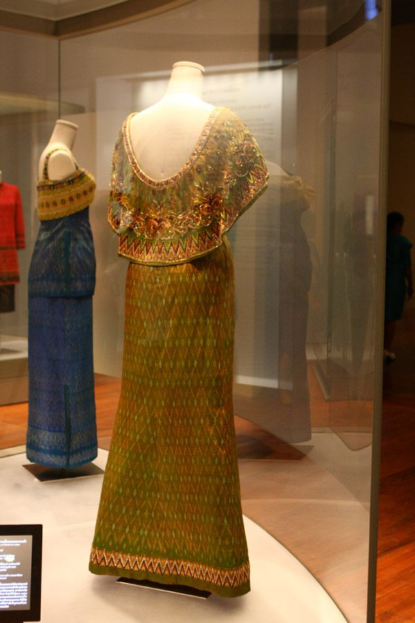 the Queen created a collection of eight outfits that mixed western style with traditional Thai design and showcased the very best of Thai silk textile art.