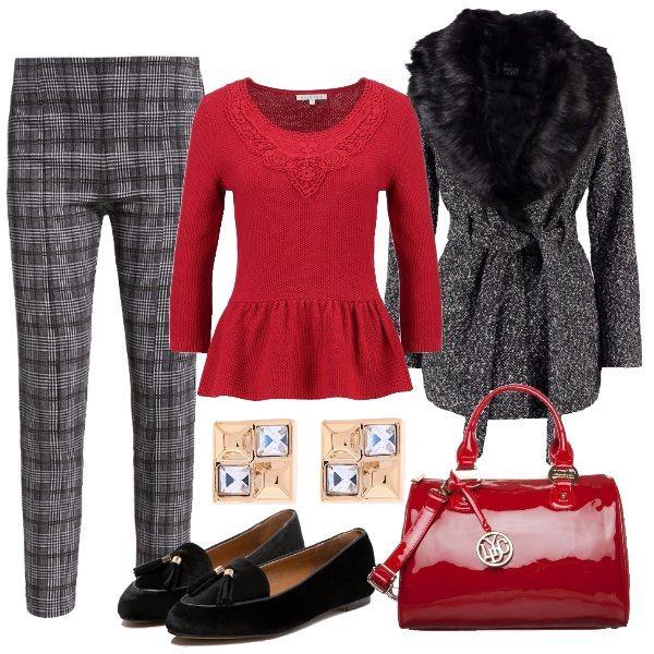 Outfit chic e raffinato. Cappotto corto con collo in ecopelliccia, pantaloni affusolati e loafer con nappine. Il maglioncino rosso e la borsa di vernice rendono il tutto più frizzante. Gli orecchini quadrati e discreti per non sbilanciare l'equilibrio.