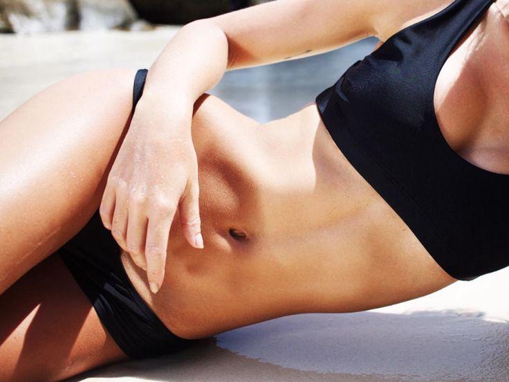 Wer einen flachen Bauch will, sollte nicht nur die Muskeln trainieren – sondern auch seine Ernährung anpassen...