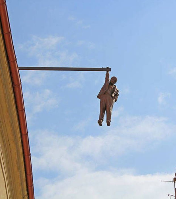 Statue d'un homme accroché à quelques mètres d'altitude à Prague, République Tchèque