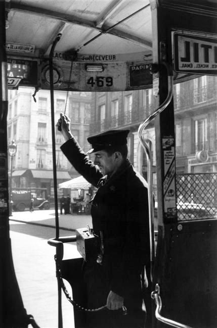 PARIS.....1930.....LE CONTRÔLEUR DE TICKETS...........PHOTO DE RENÉ - JACQUES.........SOURCE MIMBEAU.TUMBLR.COM......