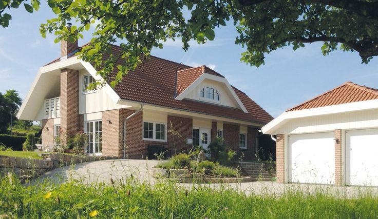 Danhaus Glücksburg Hauseingangsseite mit Doppelgarage