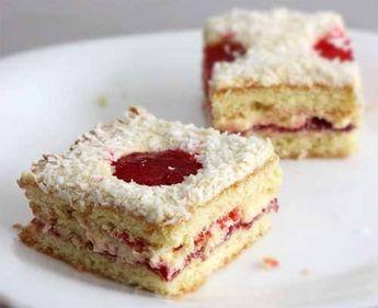 Пирожные с желе отлично подойдут, например, для детского праздника, а если сделать выемки в виде сердца, можно подать любимому на День Святого Валентина. Однако, никто не запрещает порадовать ими себ…