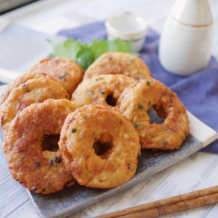 「お豆腐はんぺんの玉ねぎ天」のレシピと作り方を動画でご紹介します。ドーナツそっくりなのに、おかずにもおつまみにもなるさつま揚げです。豆腐とはんぺんのふわふわ食感と、玉ねぎの甘みが食欲をそそります。お弁当おかずにもおすすめですよ♪