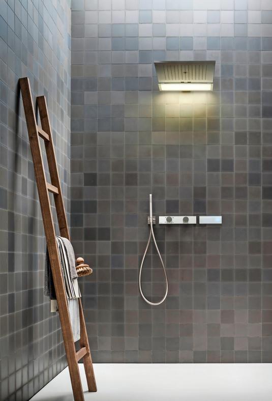 UN BAGNO DI COMFORT Fantini Acquadolce Light, design Franco Sargiani. Soffione doccia in acciaio spazzolato, con luce integrata. Il getto può essere a pioggia, a cascata e nebulizzato.