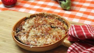 Melanzane alla Parmigiana: 2 aubergines, tomatensaus, 3 bollen mozarella, 50g parmezaan, zout, olijfolie. Tomatensaus: 3kg tomaten, 3 uien, 1 bol knoflook, 4 blokjes groentenbouillon, 2 lepels sambal of rode peperpasta, 1 tl zout, 50 g basilicum