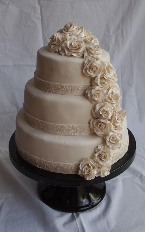Taarten   bruidtaart met rozen waterval rozen gemaakt van marsepein Door angelique38