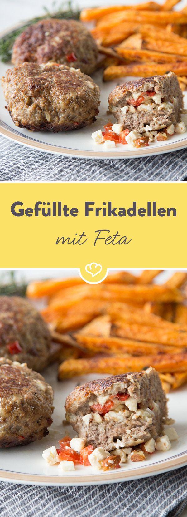 Diese Frikadelle birgt ein kleines, würziges Geheimnis: Eine würzige Feta-Paprika-Füllung. Dazu schmecken Süßkartoffelpommes gleich doppelt so gut.