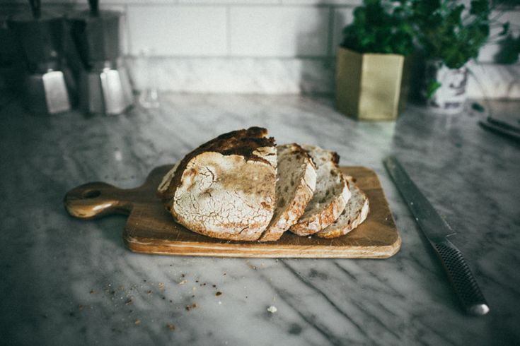 I fredags köpte jag ett gott levainbröd som vi tyvärr aldrig åt dagsfärskt. Ett bra tips är att om du håller brödet några sekunder under vattenkranen och sedan slänger in det i ugnen på 180 grader några minuter så blir det som nytt. Alldeles krispigt, varmt och inte alls så torrt som man upplever icke dagsfärskt bröd. Jag brukar också göra fattiga riddare på gammalt surdegsbröd. Låt det ligga och dra i pannkakssmet några minuter och sedan steka med mycket smör och kanel. Så gott!!