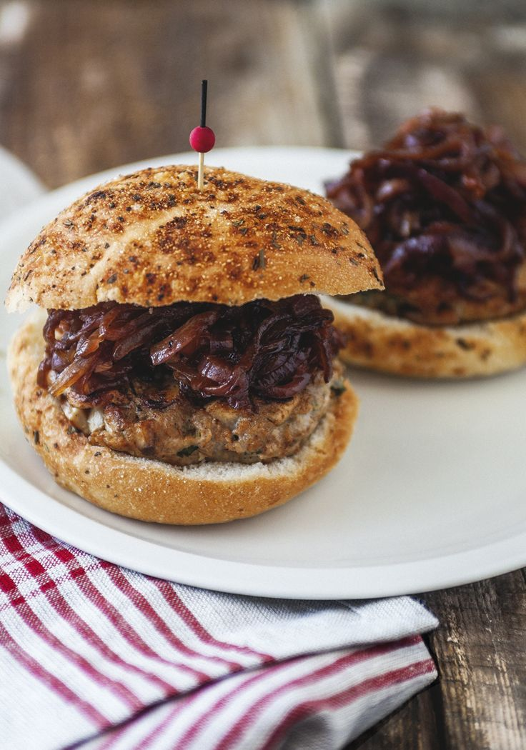 Préparez ces burgers sur le barbecue ou à la poêle, et rendez vos proches heureux à coup sûr!