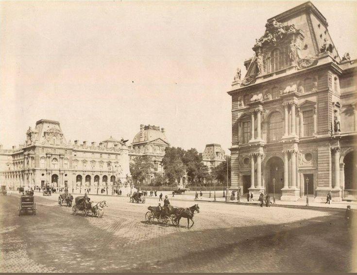 La place du Carrousel vers 1895 avec le monument à Léon Gambetta et son charmant petit square, plus ou moins à l'endroit où se trouve aujourd'hui une certaine pyramide en verre...  (Paris 1er)