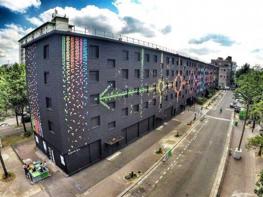 """""""El ciclo de la Luna"""", esta pieza temporal realizada con 15,000 coloridas aves de origami es un homenaje a los habitantes desalojados de un edificio. El mural se instaló en una superficie de aproximadamente 2000 metros cuadrados a la cual se le aplicó una capa de pintura negra que sirve como telón de fondo donde aterrizarían las múltiples y coloridas aves de origami y así dar forma a los ciclos de la luna. #arte #art #arteurbano #urbanart #origami #mural #colors"""
