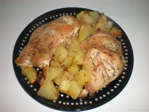 Ricetta del pollo al forno con le patate. Ricetta con foto del pollo al forno con le patate e rosmarino spiegata passo passo