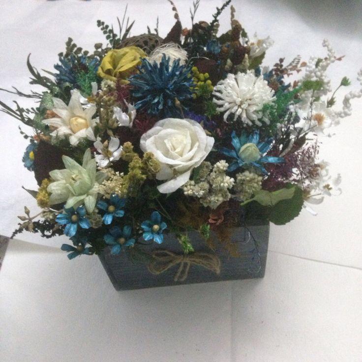 Hoa khô kết từ lá cây, vỏ quả cây và hoa sấy khô Phong cách: trang nhã, thanh bình Màu chủ đạo: xanh biển và trắng