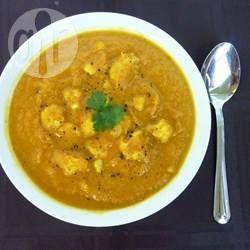 Blumenkohlcremesuppe mit Curry - Statt Gemüsepaprika, Wasserkastanien und Brokkoli kann man für dieses einfache Gericht auch anderes Gemüse nehmen.@ de.allrecipes.com