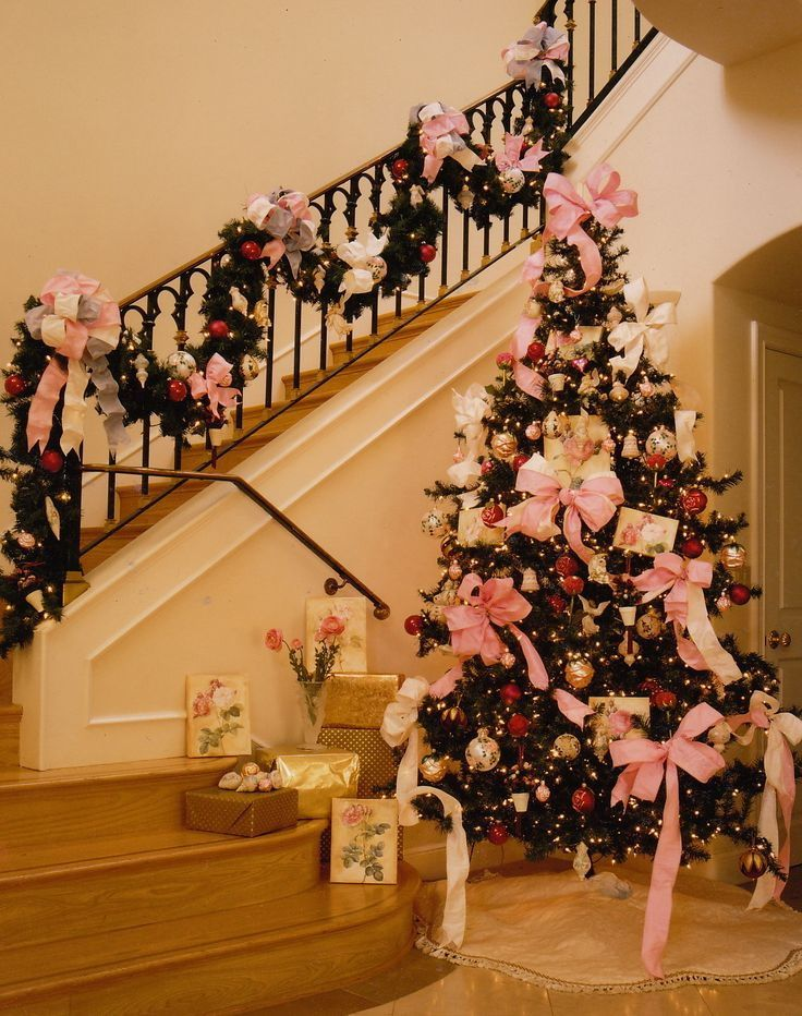 17 best ideas about christmas staircase on pinterest for Hang stockings staircase