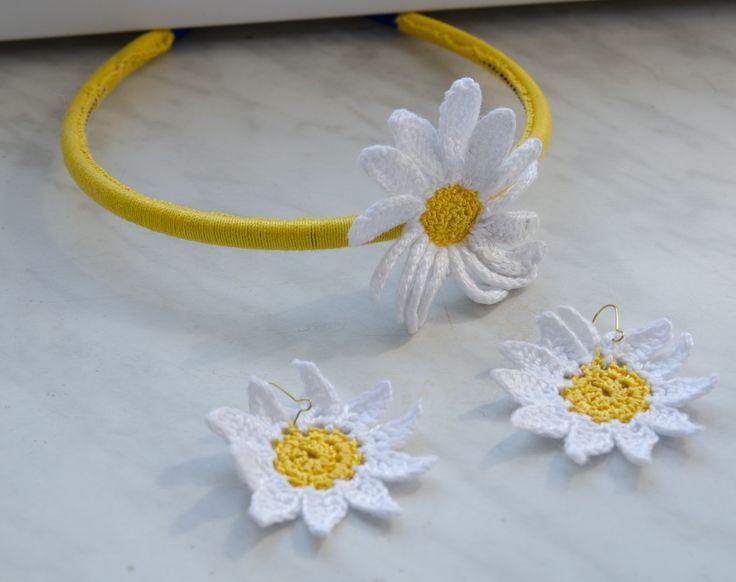 Jaki inny kwiatek (oprócz słonecznika) kojarzy mi się z latem? Stokrotka. Trochę wyobraźni i je zobaczycie na tym zdjęciu powyżej ;) Co do kolczyków? Była już broszka, była bransoletka, tym …