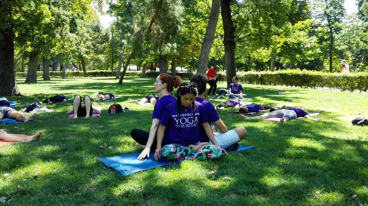Socios Metropolitan Abascal en una sesión de Yoga al aire libre en el Parque del Retiro en Madrid.