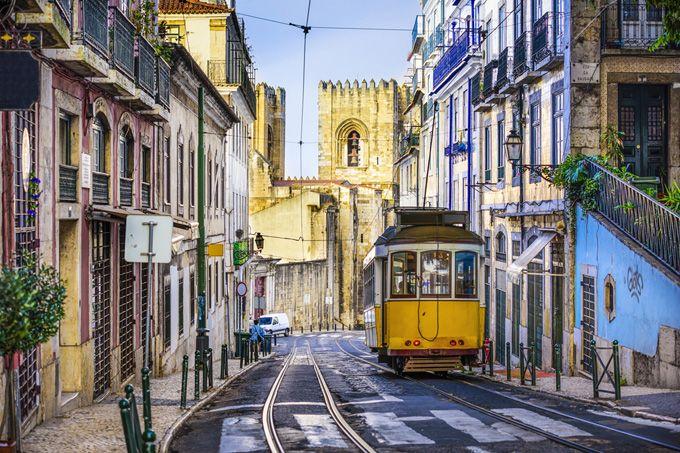 Die 10 schönsten Sehenswürdigkeiten in Lissabon - via Skyscanner 11.12.2014 | Diese Sehenswürdigkeiten und Attraktionen sollte man bei einem Trip durch Lissabon auf keinen Fall verpassen. Foto: Straßenbahn 28 Lissabon