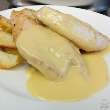 Krůtí medailonky s chedarovou omáčkou - Upravit krůtí maso se sýrovou omáčkou, no proč ne. Použijeme čedar, jako přílohu třeba pečené brambory.