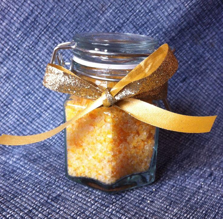 Sale aromatizzato al mandarino e arancia Ingredienti 50 g. di sale marino grosso la scorza di mezzo mandarino bio una scorza grande di arancia bio Prelevate dagli agrumi solo la scorza non il bianco.Mettete tutto nel mixer e azionate per alcuni istanti, in modo da rendere fine il sale. Disponete il sale aromatizzato su una placca rivestita da carta forno.Mettete in forno a 50° ad asciugare per circa 10 minuti.operazione importante :sale asciutto nel tempo. in un vasetto a chiusura ermetica.