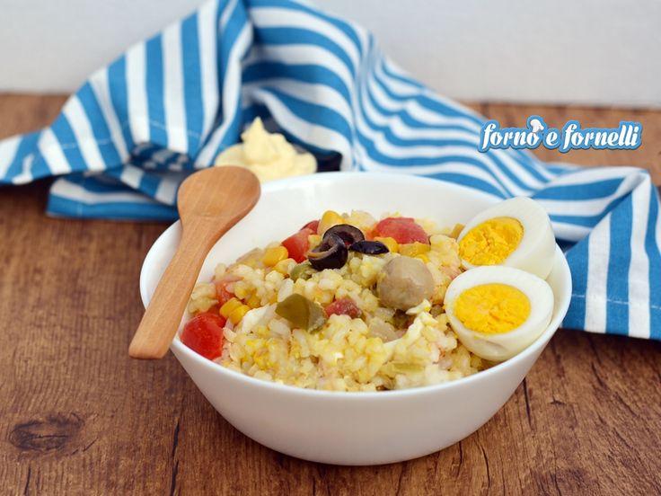 L'insalata di riso è un classico piatto della cucina estiva, perfetto da portare anche in spiaggia o per una gita fuoriporta.