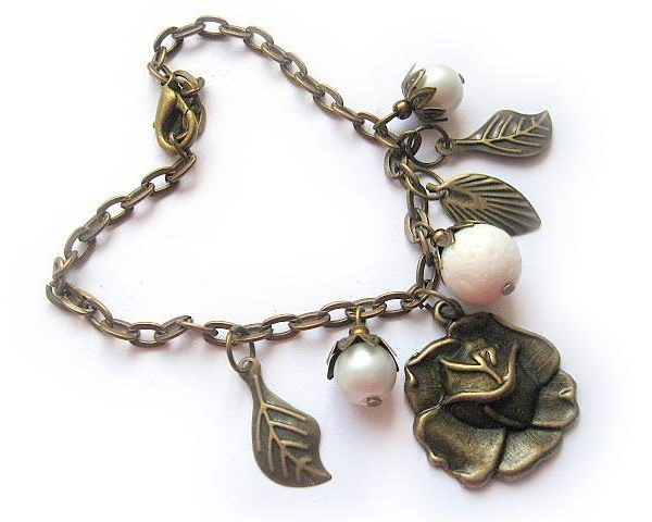 Bratara lucrata manual coral poros, perle sticla si elemente aurii antice - metal model retro vintage - bratara femei