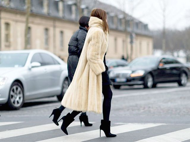 la-modella-mafia-Christine-Centenera-street-style-chic-in-a-big-fur-and-Chanel-Boy-bag-2