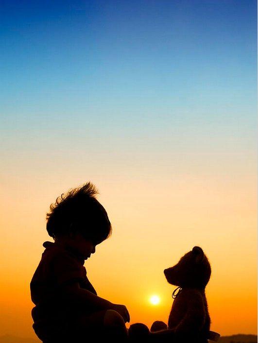 """Me and my bear by Tim Gainey. Dizem os especialistas: O Sol UVB """"meio-dia"""" é que absorve o hormônio D3, junto com a vitam. K. O sol se auto-regula, e para cada pessoa um tempo mínimo de exposição. Alguns filtros solares, com seus inúmeros componentes químicos, está associado a muitos cânceres. O complemento Vitam. D p Idosos é fundamental pq precisam de 4x. O Sol evita inúmeros tipos de doenças, e no passado sempre foi reverenciado. VIVA o ASTRO-REI!"""