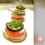 Gegrilde aubergine taartjes... Lekker en eenvoudig voorgerecht van verse ingrediënten!  (mozzarella, aubergine, tomaten, groene pesto, olijfolie, peper en zout naar smaak, verse kruiden, basilicum, vegetarisch, grillplaat, grillpan, makkelijk)