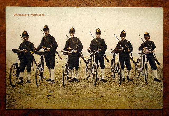 Dit zijn de Nederlandse KNIL soldaten die naar Nederlands Indië werden gestuurd om orde te houden.
