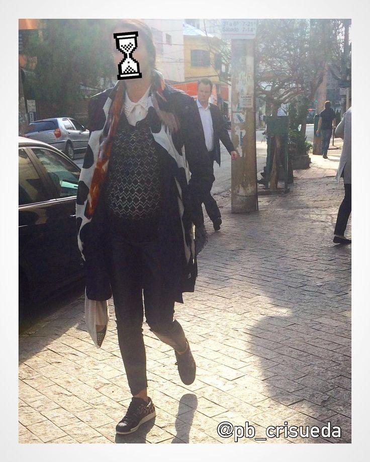 Contagem regressiva pro bebê chegar. Mas nem por isso essa mãe relaxa na combinação: camisa branca, malha de trama aberta, maxi blazer, lenço longo aberto, calça skinny e tênis sola grossa. Boa Hora Mommy! #streetstyle #momstyle #calcaskinny #camisabranca #malha #maxiblazer #lenço #tenisfeminino #personalbranding #pbcrisueda