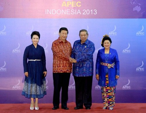 FIRST WIVES: Chinese President Xi Jinping (second left) and his wife Peng Liyuan (left) pose for a photo with Indonesian President Susilo Bambang Yudhoyono and his wife in Bali, Indonesia,