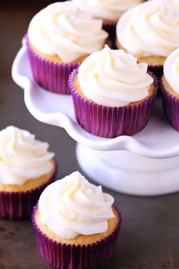 Cupcakes de vainilla favoritos |  gimmesomeoven.com