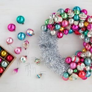 Wonderful DIY: How to make an ornament wreath. We always wondered!