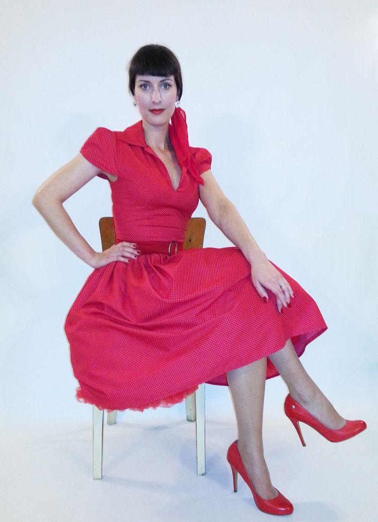 Šaty 50.léta červené s drobnými puntíčky Materiál-bavlna Obvod hrudi-90cm Obvod pasu-70cm Délka sukně-70cm Bez spodničky Bez pásku