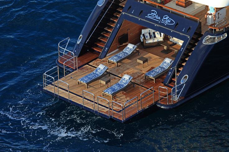 With its folding door, the stern area on the CRN M/Y Blue Eyes of London ex Blue Eyes 60m can be transformed into a wonderful beach club of 60 square meters², with sofas and deck chairs which show decorations recalling the Far East.