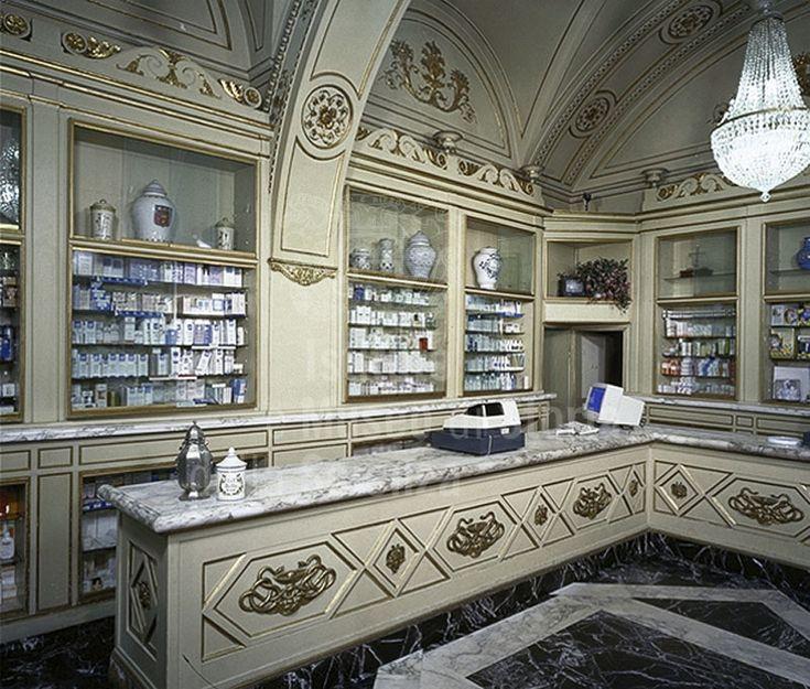 #Farmacia Molteni, #Firenze. E' una delle più antiche #farmacie storiche, pare già frequentata da Dante. Gli arredi interni sono ottocenteschi e furono realizzati dallo scultore Giovanni Duprè