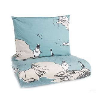 Sleep well in the Moomin on the cliff bed set from Finlayson! The mother of the Moomintrolls, Tove Jansson loved the sea and she often spent her summers in the archipelago. The lovely bed set has a motif where the Moomin family are on an adventure in the archipelago and meets a dragon that fall in love with Snufkin. A wonderful bed set that suits Moomin fans of all ages.