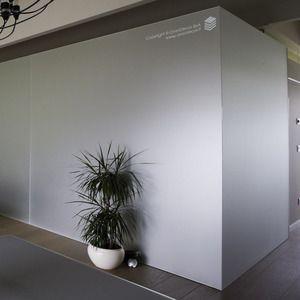 Il vetro per pareti colorato o a specchio è una soluzione elegante e pratica, sia per il rivestimento di pareti che per pannelli mobili o scorrevoli in vetro.