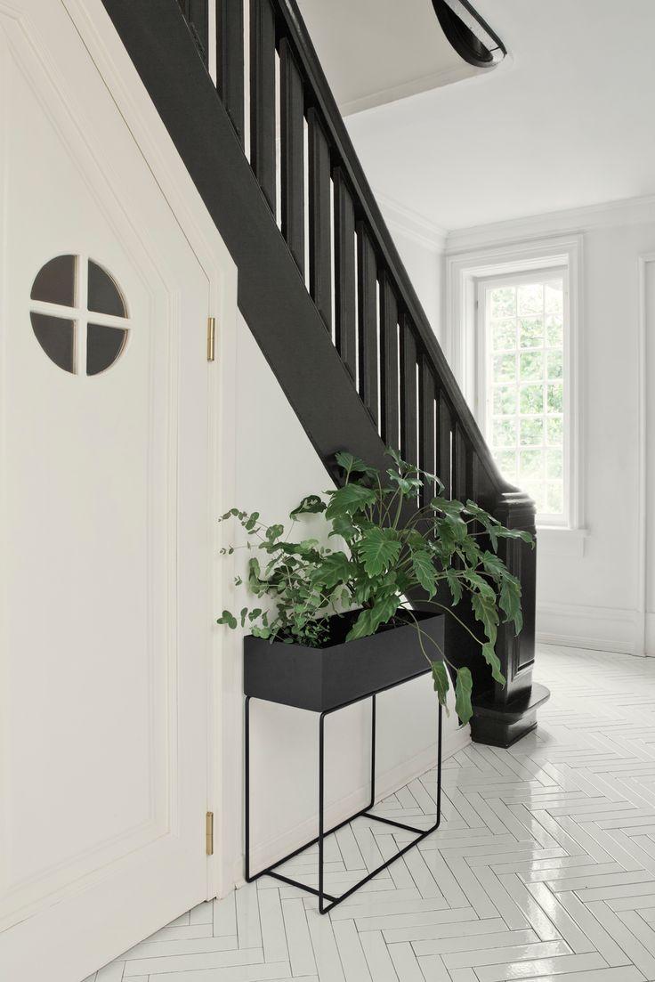 Fin plantekasse fra Ferm Living. Fyll den med flotte, grønne planter eller bruk den som hedersplass til bøker og magasiner.