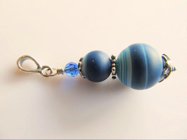 Hanger Blue Ocean matte blauwe agaat met rond swarovski kristal blauw. geheel zilver. www.doloressieraden.nl